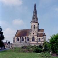 L'église dans son environnement vue du sud (2007)