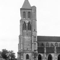 Vue partielle de l'église et du clocher depuis le sud (1996)