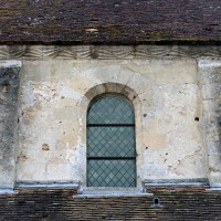 Une fenêtre et la corniche du mur gouttereau nord de la nef (2006)