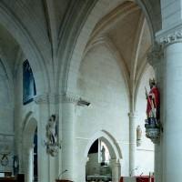 Vue partielle de la base du clocher et de la travée droite du choeur vers le nord-est (2008)