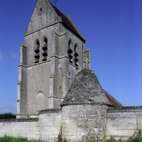 Le clocher et l'enceinte fortifiée vus du sud-ouest (2007)