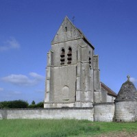 Vue de l'église et de l'enceinte fortifiée depuis le sud-ouest (2007)