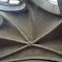 La voûte de l'abside conservée de l'ancienne église (2007)