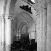 La première travée de la nef avec la tribune vue vers le nord-ouest depuis le bas-côté sud