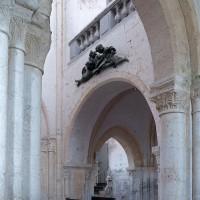 La première travée de la nef avec la tribune vue vers le sud-ouest depuis le bas-côté nord (2001)