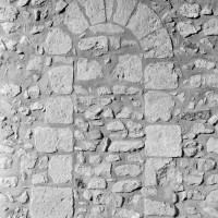 Porte romane à l'extrémité est du mur gouttereau sud de la nef (1972)