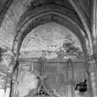 Vue partielle du vestibule sud vers le sud et la chapelle préromane (2016)