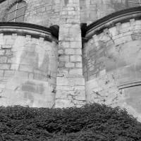 Vue partielle des deux chapelles nord-est du déambulatoire avec les deux fenêtres d'origine bouchées (1986)