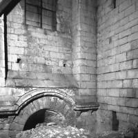 Partie supérieure de la fenêtre éclairant, à l'origine, le bas-côté nord du choeur (1086)