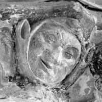 Figure humaine au pilier nord-ouest de la croisée du transept (1993)