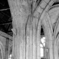 Pilier de la nef vu depuis le bas-côté nord (1993)