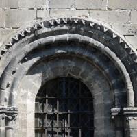 Moulure de fleurs de violette à l'une des fenêtres de la façade du bras sud du transept (2017)