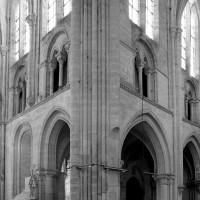 Vue partielle du bras sud du transept et de la nef vers le sud-ouest