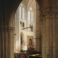 Vue partielle du transept sud vers le sud-est depuis le bas-côté nord de la nef (1996)