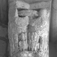 Chapiteau à la retombée de la voûte de l'abside (étape 3 de la reconstruction de l'église) (1996)