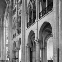 Le mur gouttereau sud du vaisseau central de la nef vu vers le sud-est (1985)