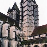 Vue partielle des tours ouest, de la nef et du cloître depuis le nord-est (2006)
