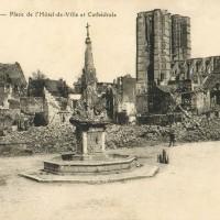 La place de l'hotel-de-ville et la cathédrale en 1918