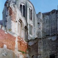 Vue partielle, depuis le sud, du bras sud du transept depuis les vestiges de l'ancien palais épiscopal (2008)