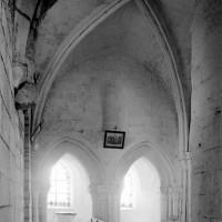 La première travée de la nef vue vers le nord (1994)