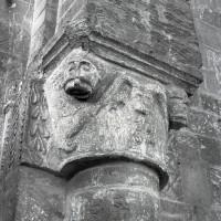 Chapiteau de la fin du 11ème siècle de l'ancienne nef romane au mur est du narthex