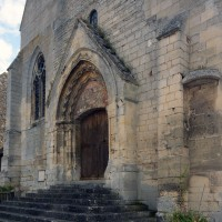 Vue partielle de la façade depuis le sud-ouest avec, en partie centrale, les restes de la nef unique romane (2017)