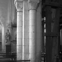 La pile recevant les arcades des deuxième et troisième travées du mur gouttereau nord de la nef vue vers le sud-est depuis le bas-côté nord (1995)