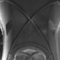 Les voûtes des seconde et première travées de la nef vues vers l'ouest (1995)