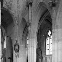 Vue partielle de la dernière travée de la nef et du clocher vers le sud-est