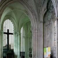 Le passage vers la chapelle de la Vierge vu vers le nord-ouest et le déambulatoire de l'église (2003)