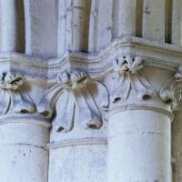 Chapiteaux d'une arcade de la nef vus depuis le bas-côté (2008)
