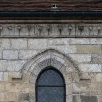 Vie partielle d'une fenêtre et de la corniche du bas-côté nord de la nef (2016)