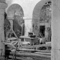 Les deux premières arcades du mur gouttereau nord de la nef vues vers le nord-ouest (1970)