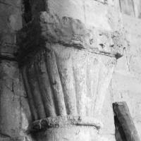 Chapiteau à décor de godrons associé à la dernière arcade nord de la nef (1970)