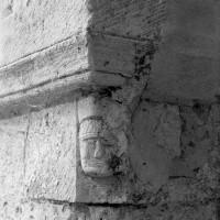 Masque associé à un tailloir d'une pile de la nef (1970)