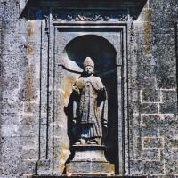 Statue d'évêque dans une niche de la façade (2003)
