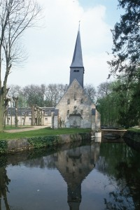 L'église dans son environnement vue de l'ouest (1993)