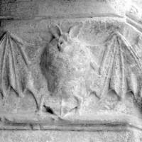 Chauve-souris sculptée au piédroit de droite du portail nord (1979)