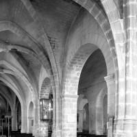 Vue partielle du bas-côté nord de la nef vers le sud-est (1979)