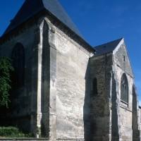 Le chevet vu du sud-est avec, au premier plan, la chapelle seigneuriale (1996)