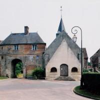 L'église et le porche d'entrée de l'ancien manoir seigneurial vus de l'ouest (2001)
