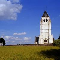 L'église dans son environnement vue de l'ouest (2003)
