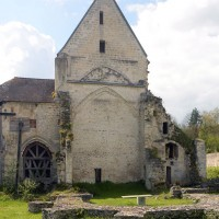 L'église vue vers l'ouest avec, au premier plan, les fondations de l'ancien choeur (2016)