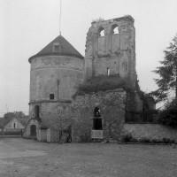 Le pigeonnier et les vestiges de l'église vus du nord-est (1995)
