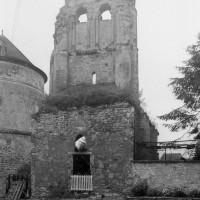 Le pigeonnier et les vestiges de l'église vus de l'est (1995)