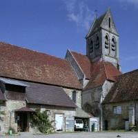 L'église vue du sud-ouest depuis la cour du prieuré (2008)