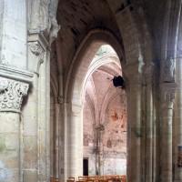 Vue partielle du transept vers le nord-est depuis le bas-côté sud de la nef (1995)
