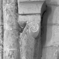 Chapiteau de la retombée sud-ouest de la voûte du bras nord du transept, coupé par l'arcade nord de la croisée (1995)