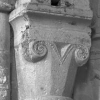 Chapiteau de l'arcade assurant la communication entre le bras nord du transept et le bas-côté nord de la nef (1995)
