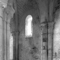 Vue partielle d'une travée du bas-côté nord de la nef vers le nord-ouest (1995)